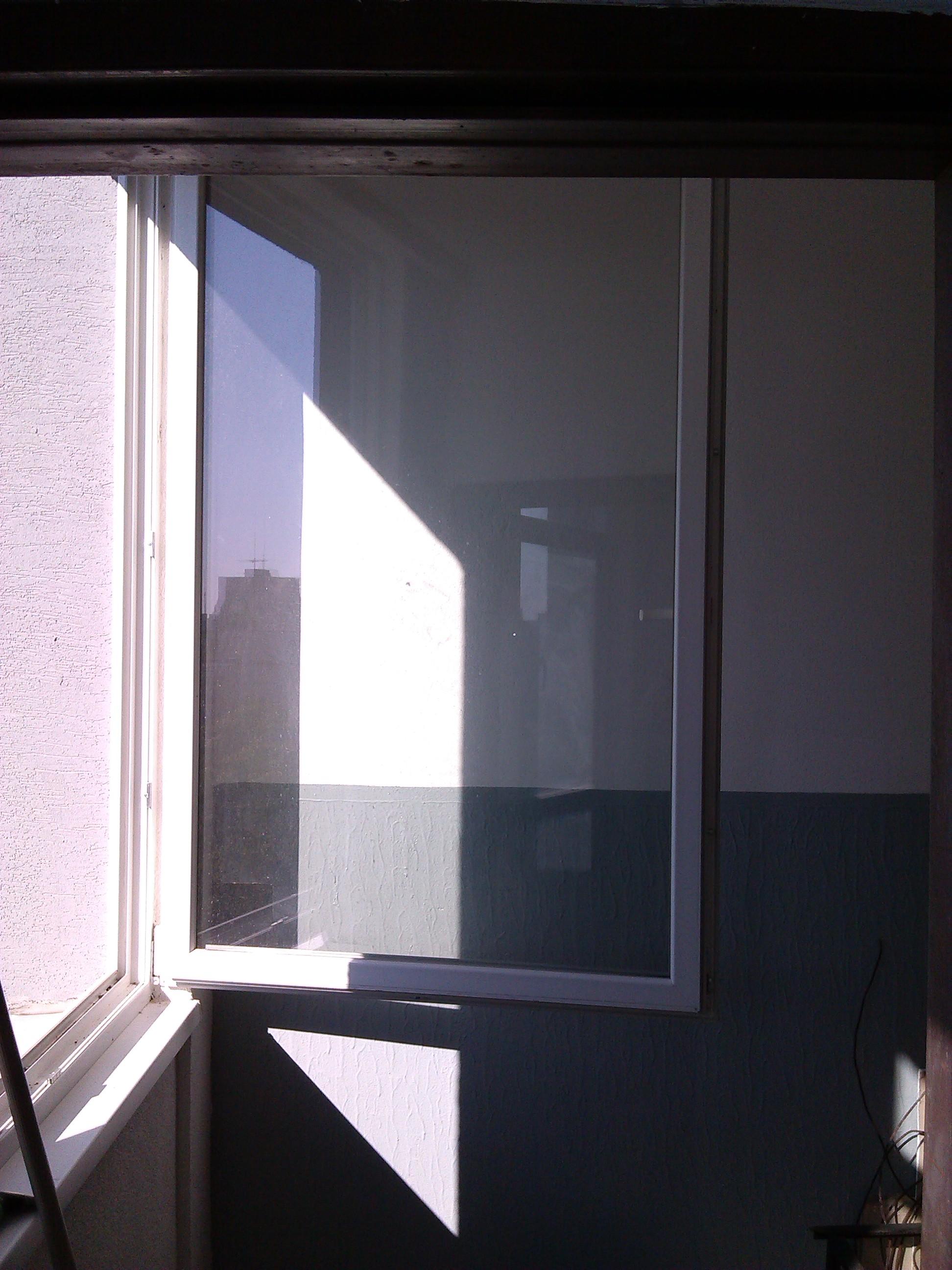 Umývanie okien a strhávanie polepov